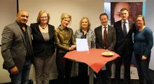 Foto v.l.n.r.: Frank Sitaram (ROC Horizon), Wilma Spijkers (Omring), Iris van Bennekom (Wilgaerden), Jolanda Buwalda (ZWplus/Omring), Willem Zijlstra (ROC Horizon), Win Bijman (gemeente Koggenland), Judith Bleeker (Wilgaerden) ZWplus SIGRA wijkleercentrum Avenhorn zorg en welzijn studenten praktijk leren